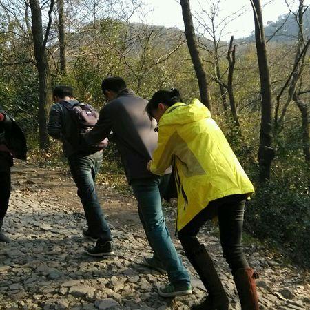 努力爬山 爬不动了小伙伴们就成串了 Climb Up! Mountain Climbing