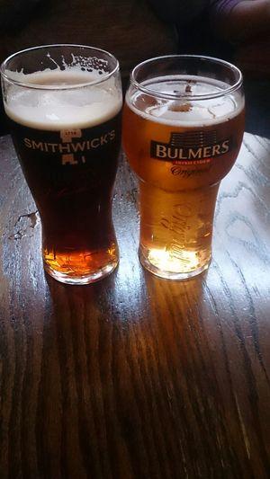 Tomando una Cerveza Irlandesa en una Taberna en Irlanda