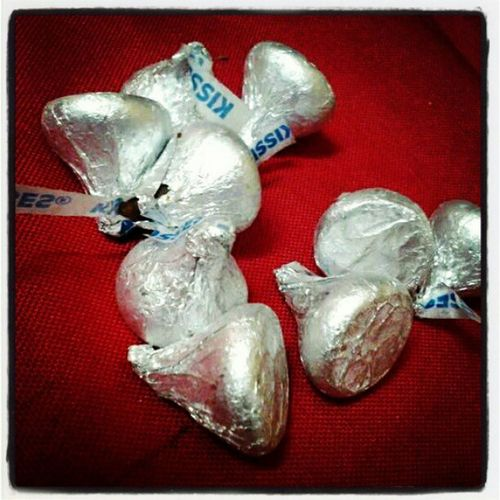 Eto pa ohh.... gusto ko rin u,it nito..... give me give me... Hersheys Kisses Chocolatea