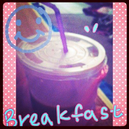 我的早餐奶茶我只喝了一口 就被賴賴弄翻兩次 餵了地毯 然後剩醬,。、