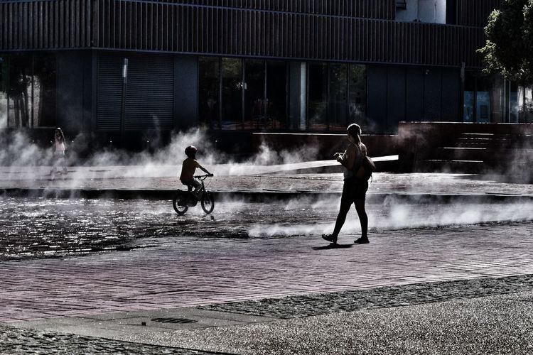 Real People Full Length Water Lifestyles Two People Spraying People Outdoors Building Exterior Sport Day City Architecture Light And Shadow Light Low Angle View Learning Lisbon City Life Lisbon, Portugal Lisbonlovers Lisbon Streets Lisbonne Lisboalive Lisbon Oceanarium Lisbona, Portogallo, Europa