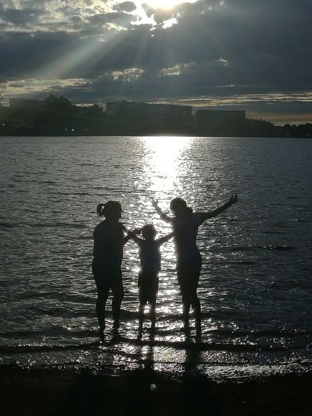 Silhouette Water Outdoors Shadow Sunset Horizon Over Water Reflection Vacations Togheter We Stand Togheter Forever Lake Lac Kids Kids Having Fun Best Of EyeEm Reflection In The Water Friendship Togetherness Real People Child Silhouette People Freedom Liberté Best Eyeem Shots
