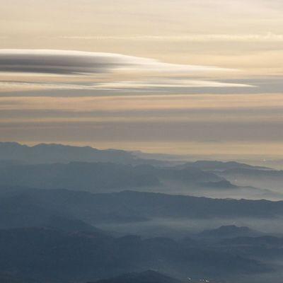 Volviendo a casa. Skylovers Pirineos Photoofclouds Igersaragon clouds igerszgz lenticulares bruma Zaragozadestino nubesdesdearriba
