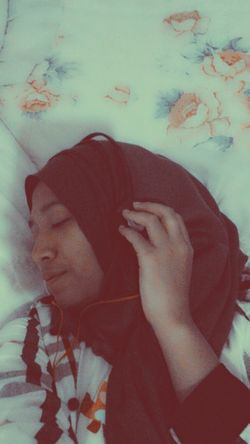there's no need to go to somewhere feeling peace, music will be there and getting you in the peacefulness feeling♥ Selca Listening To Music Hijab