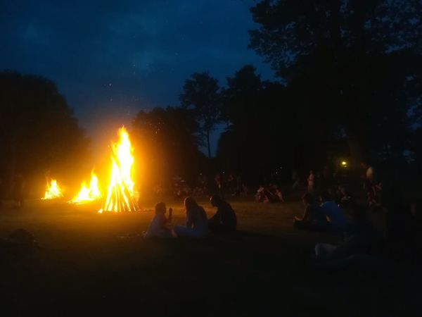 Sommergefühle Night Tree Heat - Temperature People Flame Togetherness Adult Silhouette Outdoors Illuminated Sky Children Fire Camp Summer Summertime Summer Evening Breathing Space EyeEm Selects Visual Creativity Focus On The Story
