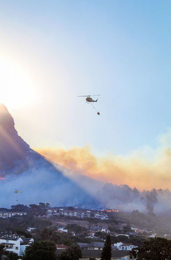 Fire Helicopter trying to fight a growing wildfire on Lion's Head in Cape Town, January 27, 2019 News Wildfire Fire Burning Flames Sky Mountain Cityscape Outdoors City Natural Disaster Smoke Helicopter Fire Helicopter Putting Out A Fire Extinguishing Fires Purging Global Warming Disaster Water Fighting Fire Fire Fighters Cape Town Lions Head South Africa