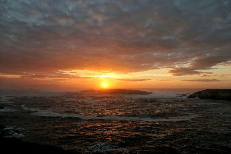 Sabe, es ingenioso esto de que los días terminen. Es un sistema genial. Los días y luego las noches. Y otra vez los días. Parece tan natural pero es muy ingenioso. Y allí donde la naturaleza resuelve colocar sus propios límites, estalla el espectáculo. Los atardeceres. (Alessandro Baricco) EyeEmNewHere A New Beginning Lumix Panasonic  Nature_collection Natura Beauty In Nature Sunset_collection Sunset And Clouds  Water Low Tide Sea Sunset Beach Beauty Horizon Wave Astronomy City