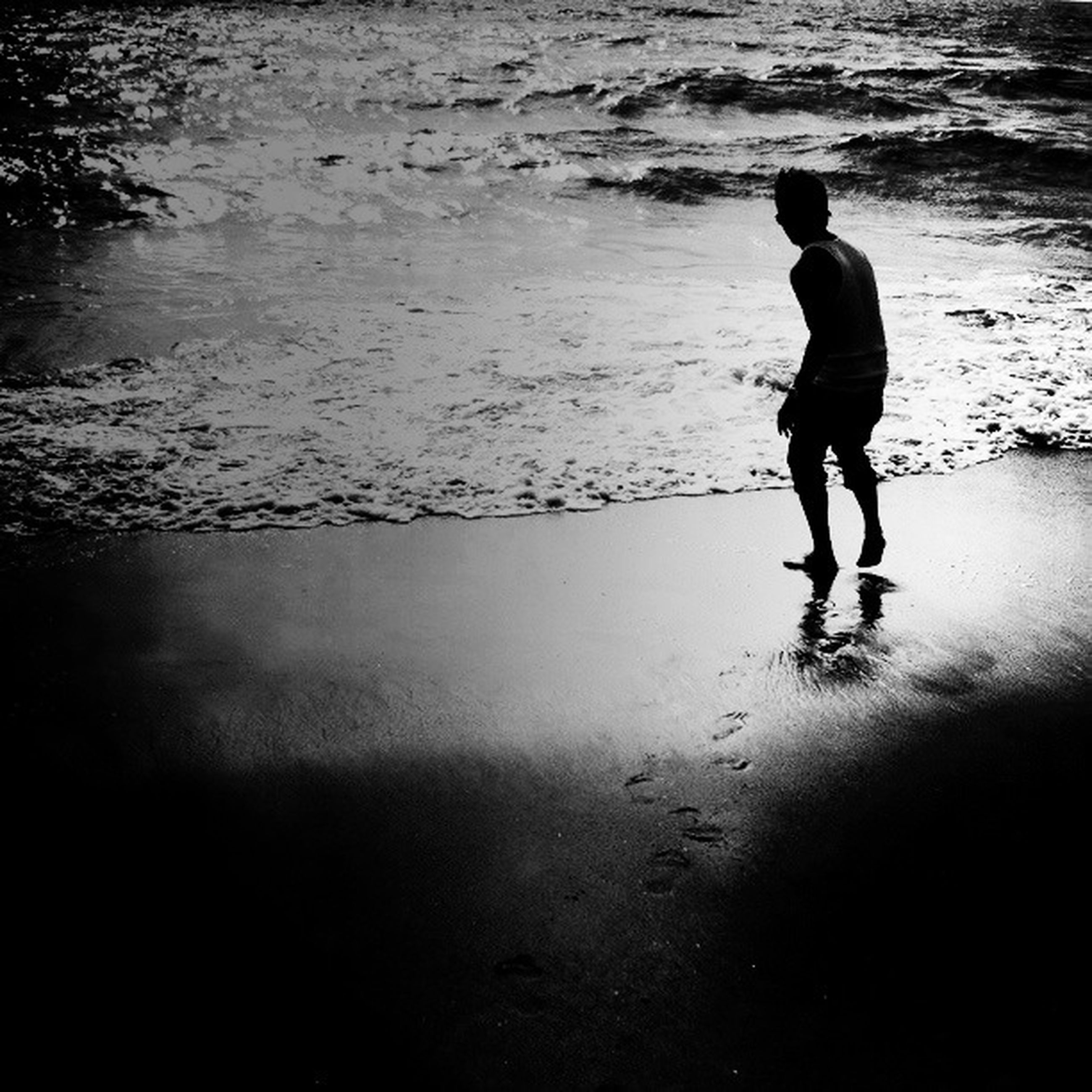 full length, water, lifestyles, leisure activity, men, standing, walking, beach, rear view, shore, sea, silhouette, boys, childhood, reflection, nature, casual clothing, sunlight