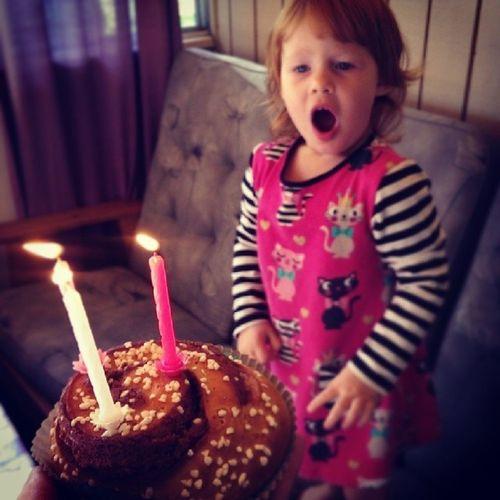 Hurra hurra för stora lilla Tuva som fyller tre år idag!! Hurra Tuva F ödelsedag Kanelbulle ljus
