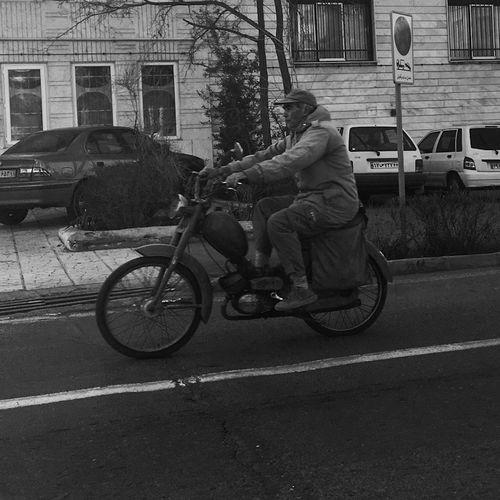 L'homme venu du passé EyeEmNewHere Street Streetphotography Street Photography Streetphoto_bw Candid Photography Blackandwhite Black And White Black & White Black And White Photography Bnw Tehran Tehran, Iran Iran Noir Et Blanc Noiretblanc Noir&blanc