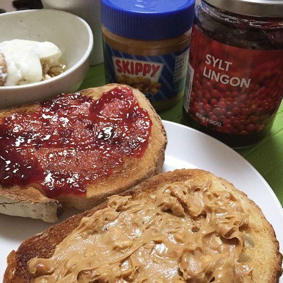 朝ごはん リンゴンベリージャム ピーナッツバター Skippy こないだのIKEAのリンゴンベリージャムはお肉料理以外でも普通にパンにもヨーグルトにもあいますよ???