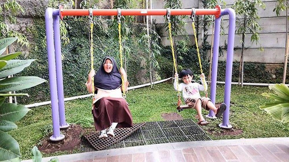Orangtua kalau liat anaknya main bersama ada rasa seneng sehingga ingin mendokumentasikan dan membagikan foto-fotonya Televisinet Bandung Bandungbanget Taman Regramtime Regram INDONESIA Vscocam Fullcolor Mix Rumah Mainbersama Seru