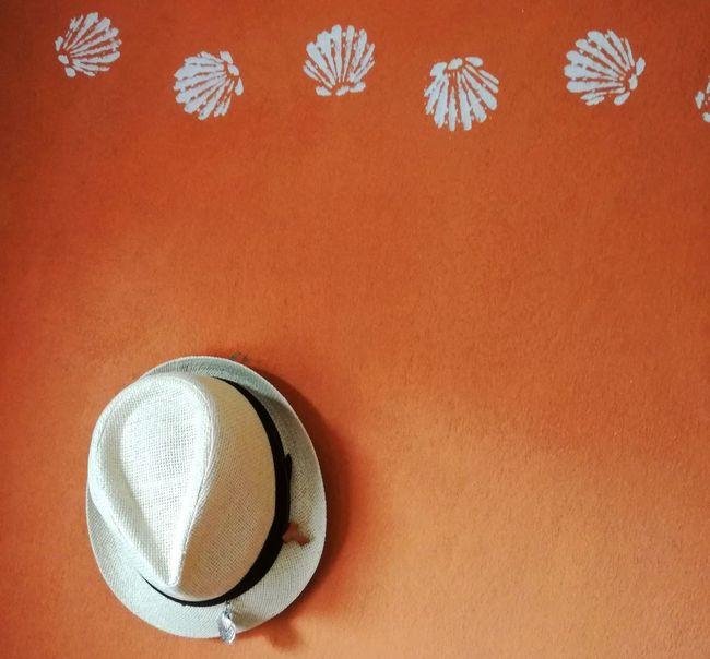 wo mein Hut hängt... Hat Hut Pilgerhut Pilgrimage Pilgern Pilgerweg Orange Background