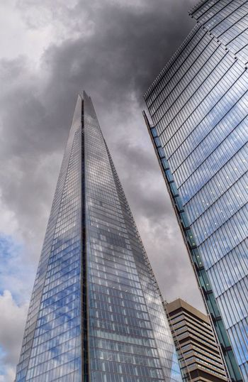 Grey day in London. Showcase: February London Theshard Amazing Architecture Lookingup Shard London Shootermag Grey Sky EyeEm Gallery Grey Day City View  Famous Place LONDON❤ London's Buildings Tall Buildings Great Architecture  EyeEm Theshardlondon Building Exterior Buildings & Sky Eye4photography  Buildings Grey