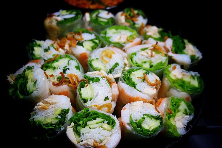 Homemade shrimp and veggie summer rolls. Served with peanut sauce ♥️ Food And Drink Healthy Eating Food Freshness Vegetable Close-up Black Background No People Indoors  Summerrolls Black Background Vietnamese Food Springrolls Shrimps Foodie Foodphotography Canon Canonphotography Thai Food Homemade Foodporn Asianfood Gourmet Darkfood Darkfoodphotography
