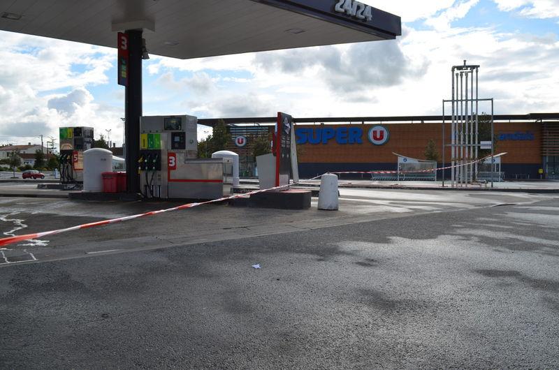 Les pompes à essence sont nombreuses à être hors service en Charente-Maritime. La pénurie de carburant, notamment en Gazole, mais de plus en plus souvent en essence également, est désormais effective ce dimanche 22 mai 2016 autour de La Rochelle. Carburant Essence Gazole Hors Service Pompe à Essence Pénurie Rupture Station Service