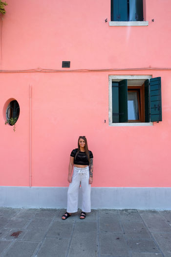 woman looking at camera on pink wall Young Adult Italy Venice Venice, Italy Pink Color Pink Woman Women colour of life Pop Of Color Burano Burano, Italy Full Length Architecture Building Exterior Standing Front View Real People One Person Casual Clothing Built Structure Lifestyles Leisure Activity Portrait Looking At Camera Day Adult Building Outdoors