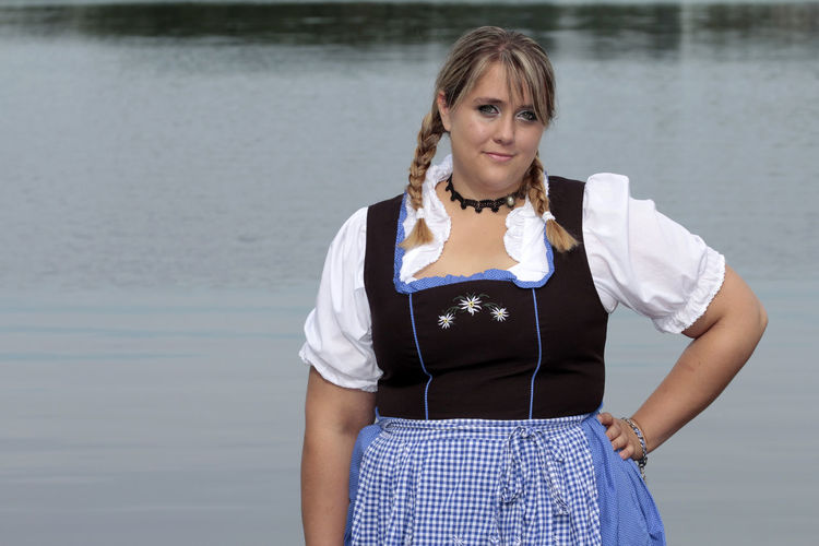 Adult Adults Only Curvy & Beautiful Curvyisthenewsexy Day Front View Happiness Leben Hat Gewicht Looking At Camera One Person One Woman Only One Young Woman Only Only Women People Plus Size Beauty  PlusSizeModel PlusSizeModel Portrait Smiling Standing Traditional Clothing Waist Up Water Xxl-mode Young Adult