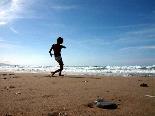 Strandlicht Atlantic Perspectives SPAIN Ein Steinwurf gegen die tückische Brandung an der baskischen Küste.
