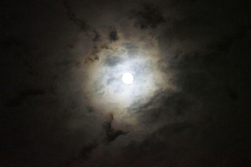 小笠原から眺めるスーパームーン。雲がかかっているのに、すごく輝いていました(^^)