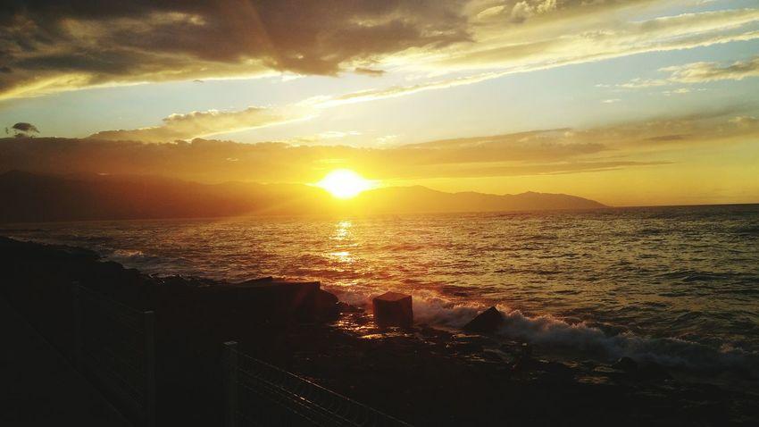 Ufuktan batarken bir akşam güneşi