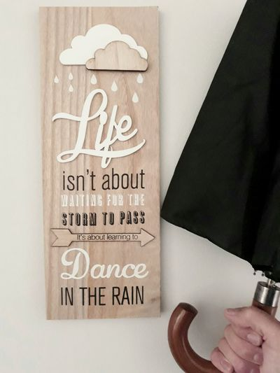 Frase optimista Optimistic Optimism Umbrella Rain Happy Happiness Letras Frase Frases Life Lifestyles Decoration Cuadro Dance Lluvia Paraguas Sombrilla Photography Text Communication Close-up Note Written Message Short Phrase Note - Message Board