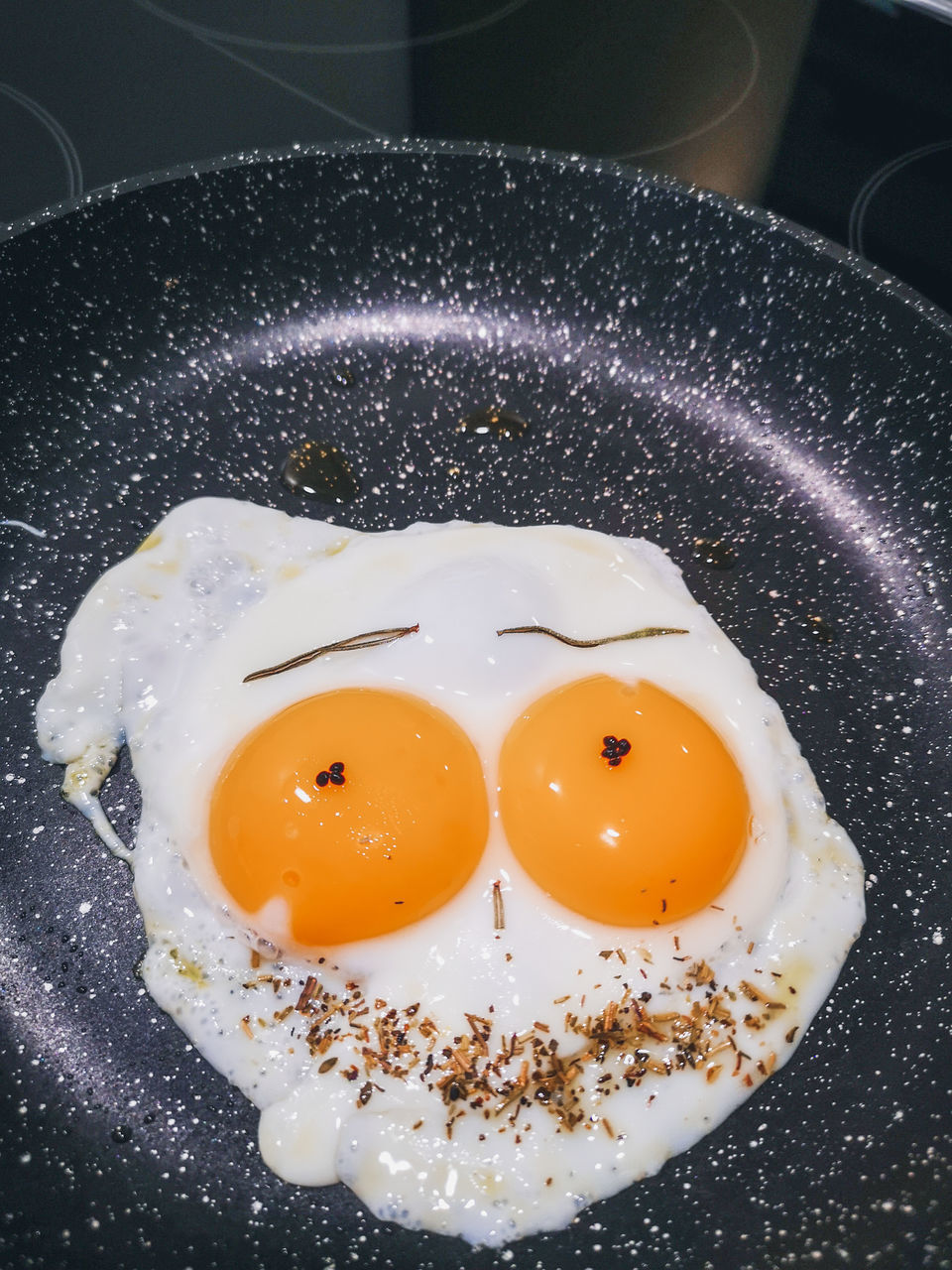 HIGH ANGLE VIEW OF BREAKFAST SERVED IN PAN