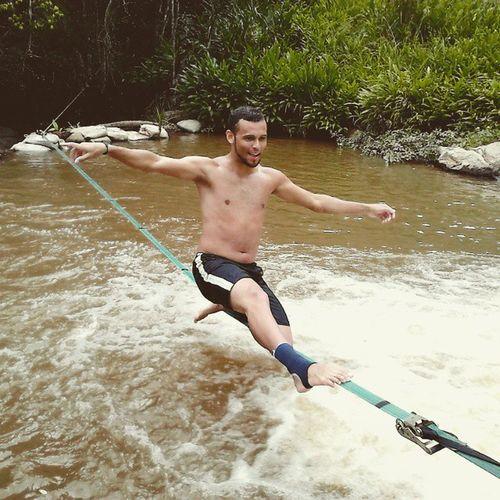 Senhoras e senhores, o primeiro waterline de tocos do moji!! Cachueira Slacklife Slackline Waterline Trickline VibeBoa DeHoje MuitoMassa
