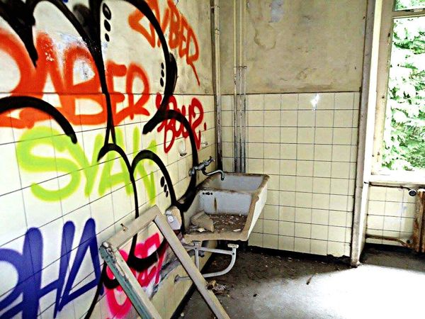 Taking Photos Abandoned House Horrorhouse Verlassene Orte Grafitti Graffiti Graffiti Art Schweiz Verlassen Switzerland Abandoned Abandoned Places Abandoned Hospital Abandoned Things Verlassene Klinik