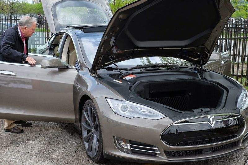 meinAutomoment Close-up Cropped Day Electric Vehicle Land Vehicle Leisure Activity Lifestyles Mode Of Transport Outdoors Part Of Stationary Technology Tesla Model S Sedan Tesla Motors Tesla P85D Test Drive Transportation Unrecognizable Person