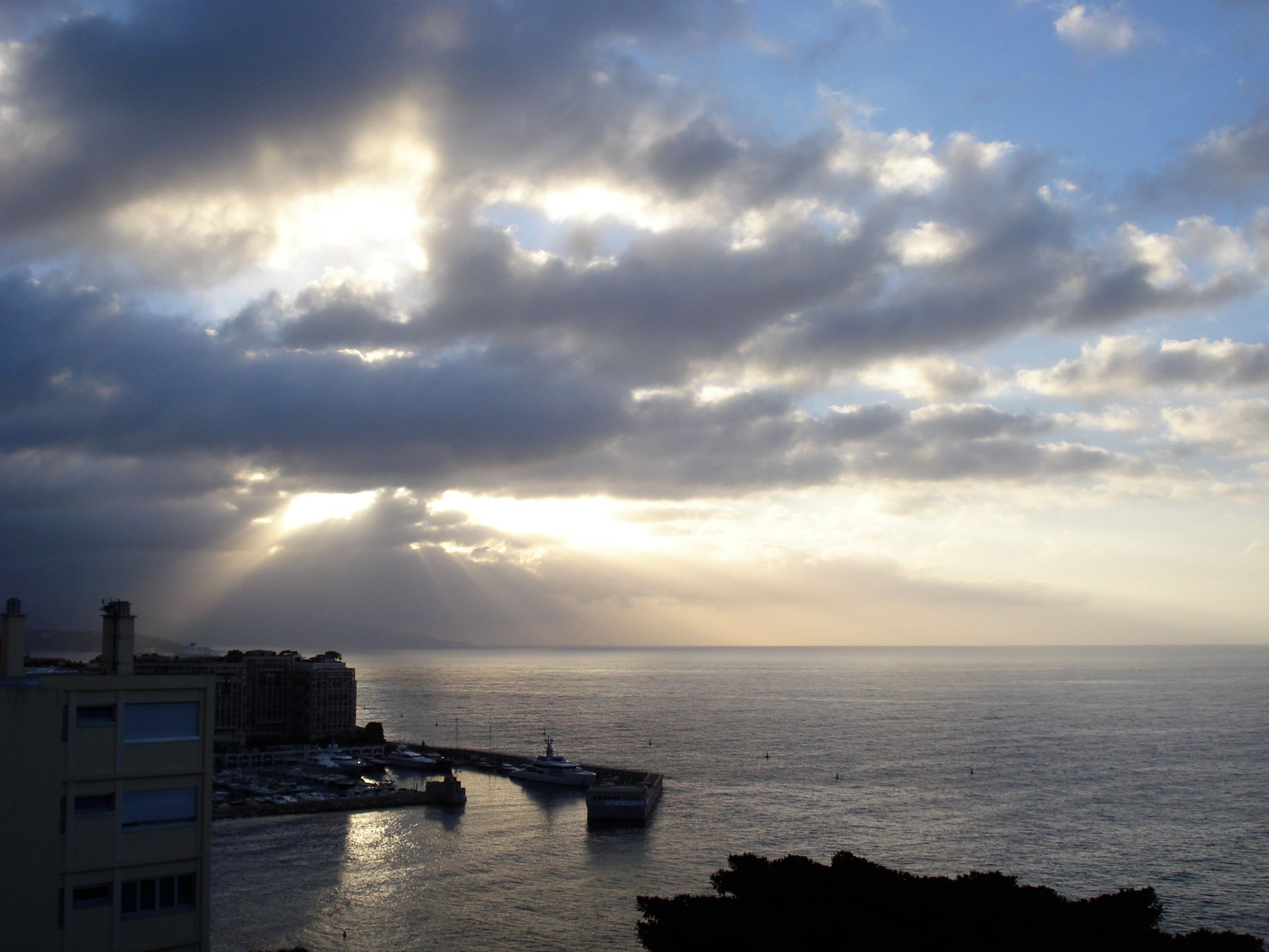 sea, water, horizon over water, sunbeam, scenics, cloud - sky, sky, beauty in nature, tranquil scene, tranquility, sun, cloudscape, cloud, back lit, nature, dramatic sky, outdoors, cloudy, day, waterfront, atmospheric mood, streaming, majestic, moody sky, seascape