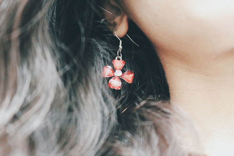 Foresee Earring  Sunlight Real People Hearts Human Body Part Human Hand Hanging Close-up Heart Shape Jewelry Wearing Diamond - Gemstone Dreamcatcher Posing