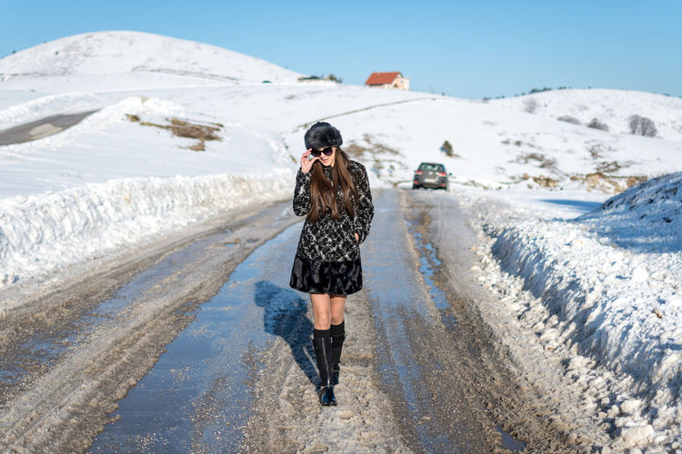 One Person Full Length Leisure Activity Real People Nature Lifestyles Snow Mountain Beauty In Nature Day Young Adult Clothing Standing Winter Casual Clothing Sky Walking Cold Temperature Outdoors Warm Clothing