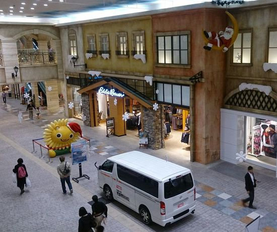 トヨタ系列のショッピングモール トレッサ横浜。なんとTRDカスタムのハイエース展示中♪ ~カメログまたここで~ Toyota Japan Cityscape