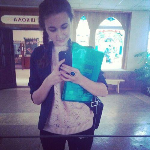 В мою супер большую сумку не влазят книжки , я как идиот ношу в руках