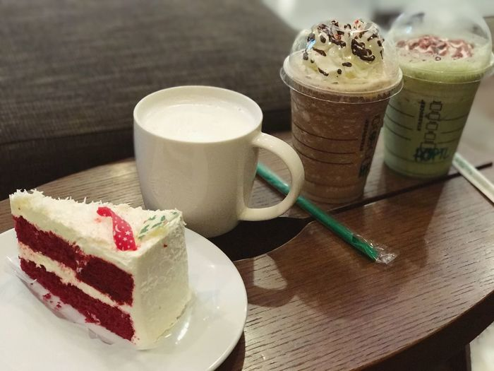 Mondaytreat Treat Treats Drink Drinks With Friends Drinks Redvelvetcake Redvelvet Greentea Sipping Sweet Food Food And Drink Table Freshness Dessert Temptation Food Indoors  Unhealthy Eating No People Close-up Ready-to-eat Day Starbucks Tall