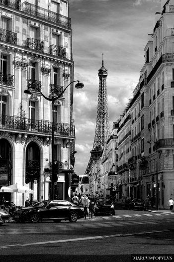 Título: Je Suis Paris. Autor: Marcus Populus. Lugar: Paris Cámara: SONY NEX F3 Punto F: f/13 Tiempo de exposición: 1/250s Velocidad ISO: 200 Distancia focal: 55mm Architecture Building Exterior Built Structure Car City Day Street Travel Destinations