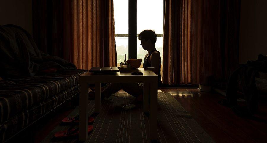 当我还是长发,也没有狮子的模样。 Indoors  Real People Home Interior Sitting Table Lifestyles One Person