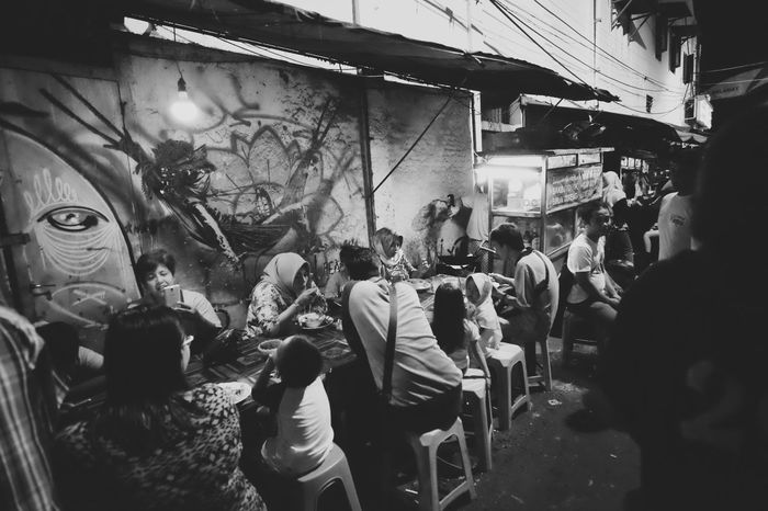 night dessert Aaaqhaaa Street Streetlifestyle Street Photography Streetphotography Blackandwhite Photography Adults Only Adult Men People Only Men Real People City Crowd