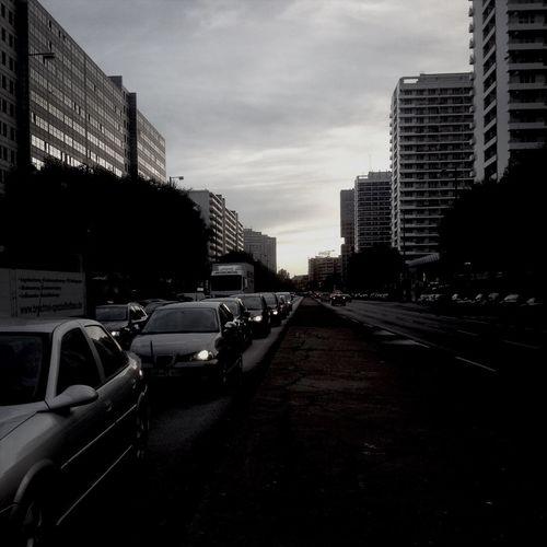 Autobahn Sonnenaufgang über dem Symbol des Kapitalismus