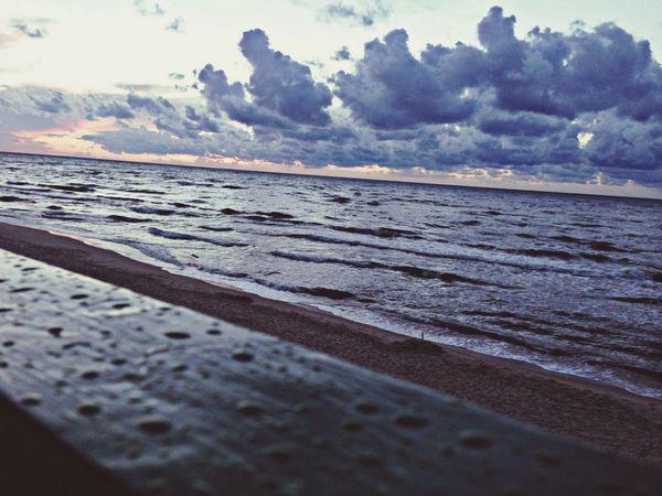 Spojrzenie czasami daleko przed siebie daje nam chwilke zastanowienia sie nad naszym zyciem Relaxing Sunset WithBestFriends Swimming