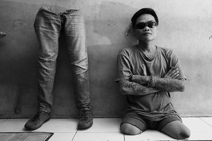 Indra, anggota Kelompok Kreativitas Difable (KKD) berpose dengan kaki palsunya di Bandung, Jawa Barat, Kamis, 7 Januari 2016. Tidak adanya donatur membuat Kelompok Kreativitas Difable ini kesulitan untuk memproduksi kaki dan tangan palsu karena 75 persen para difable merupakan golongan kurang mampu sehingga mengharapkan kaki dan tangan palsu gratis. TEMPO/Aditya Herlambang Putra Tempophoto Tempo Korantempo Majalahtempo Tempo .co Pfibandung Bingkainegeri Difable Kkd Disabilitas