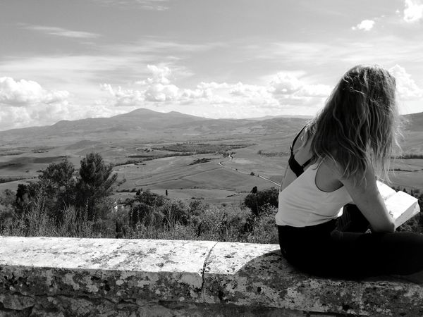 Con lo sguardo verso l'orrizzonte.... One Person Cloud - Sky Only Women One Woman Only Sitting Adults Only Sky Adult People Sand Landscape Vacations Day Women Human Body Part Summer Outdoors Nature Mountain One Young Woman Only Pienza Pienza (toscana) Pienza Tuscany Are Tuscany Tuscany View Live For The Story