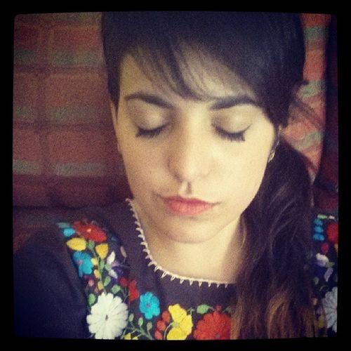 Yo Coleta Rapado Rimmel Eyeliner Labios Rojos Vestido  Mexicano Flores Colorines Paz Felicidad Summer