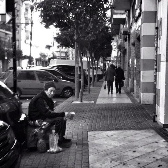 Seres #perranos: Tristeza basada en el fondo de un recipiente. Blancoynegro Perranos Seres Perranos Streetphoto_bw
