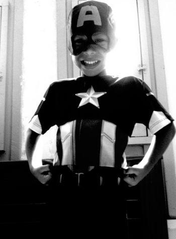 Um herói em preto e branco! Black And White Black & White CapitaoAmerica Feliz Dia Das Crianças!! ^_~ Crianças Herois Fantasia Brincadeiras Brincar