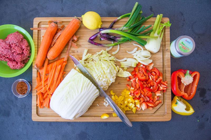 Carrot Cutting Board Essen Und Trinken Food Food And Drink Foodfotografie Foodphotography Gemüse Healthy Eating High Angle View Möhre Preparation  Schneidebrett Vegetable Vorbereitung