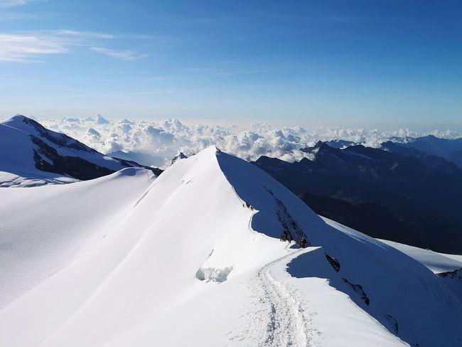 Visuale dalla cima del percorso effettuato in cresta. Mountain Ridge Snow Mountain Cold Temperature Winter Snowcapped Mountain Sky Landscape Mountain Range Rocky Mountains Rock Formation