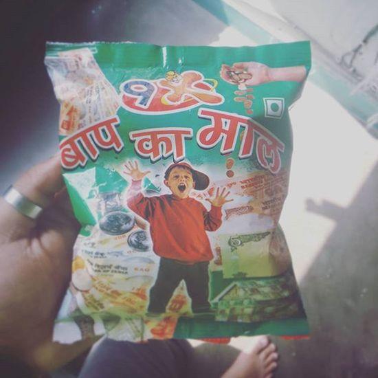 """एक दुकान में इस पर नज़र पड़ी और तुरंत खरीद लिया, आखिर ये मेरे """"बाप का माल"""" है....लोल Incredibleindia Delhi Chips JUNKFOOD Hilarious Funny Baapkamaal"""