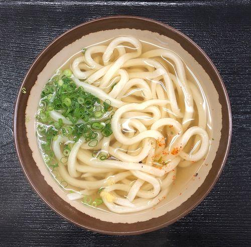 『植田うどん』 てっきり雨だと思ったのに、一滴も降りません。アプリを見ると、しれっと夕方雨に変わってますね。まぁ良いでしょう(=^x^=) かけうどん小 ¥220 おかげでおいしいうどんが食べられました。チャンとしましょ( ^ω^ ) Udon Food Food And Drink Freshness Healthy Eating Directly Above Italian Food Indoors